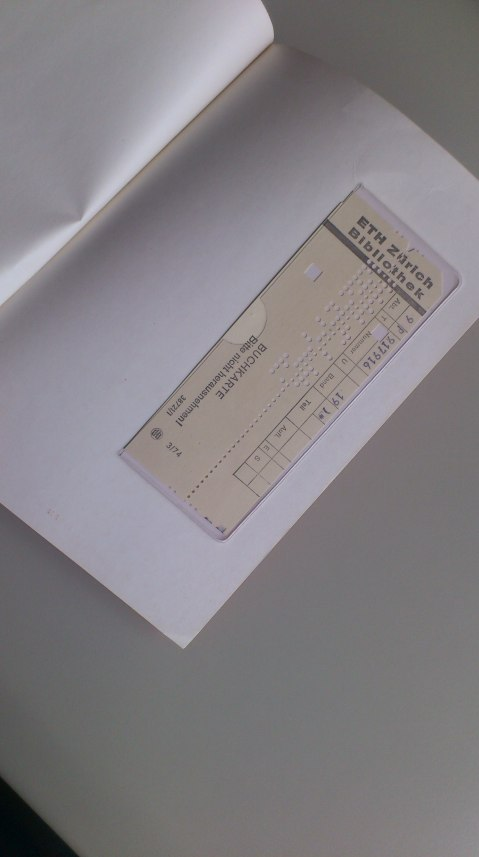 Noch ein bibliothekshistorisches Schmankerl: Übergelassene Elemente eines alten Bestandsmanagementsystems. (In vielen Medien aus den Magazinen der ETH Zürich zu finden.)