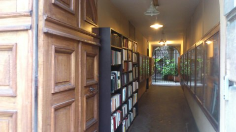 Rechts das Buchregal im Durchgang.