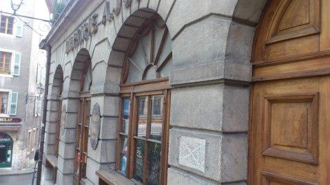 Links der Eingang zu normalen Öffnungszeiten